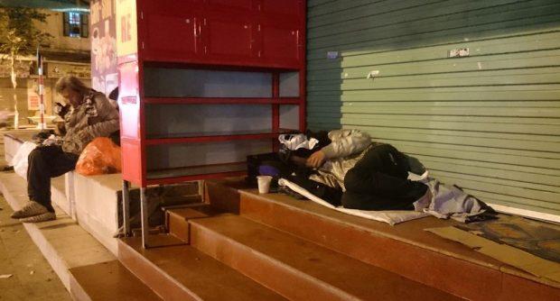 Tặng áo ấm cho người vô gia cư